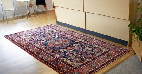 Rødt  nahavand - teppe i en kontor.