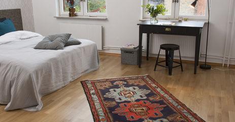 Svart / grått  hamadan - teppe i en soverom.